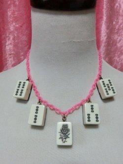 画像1: 麻雀牌ネックレス アンティーク白牌 × ピンクチェーン